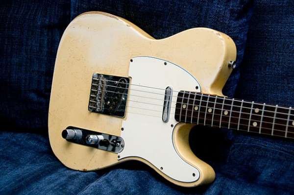 640px-1966_Fender_Telecaster_(SN159266)_body_angled